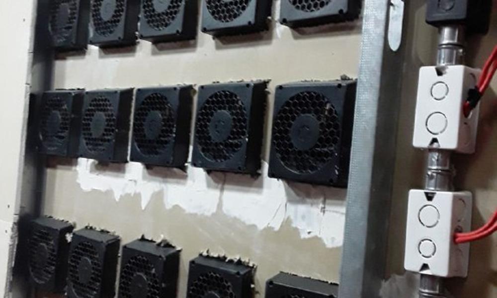 La estructuración ideal de un cuarto de minería de Bitcoin no existe. Simplemente existen aquellas que funcionan y aquellas que no en relación a la temperatura de los equipos. Fuente: EQI