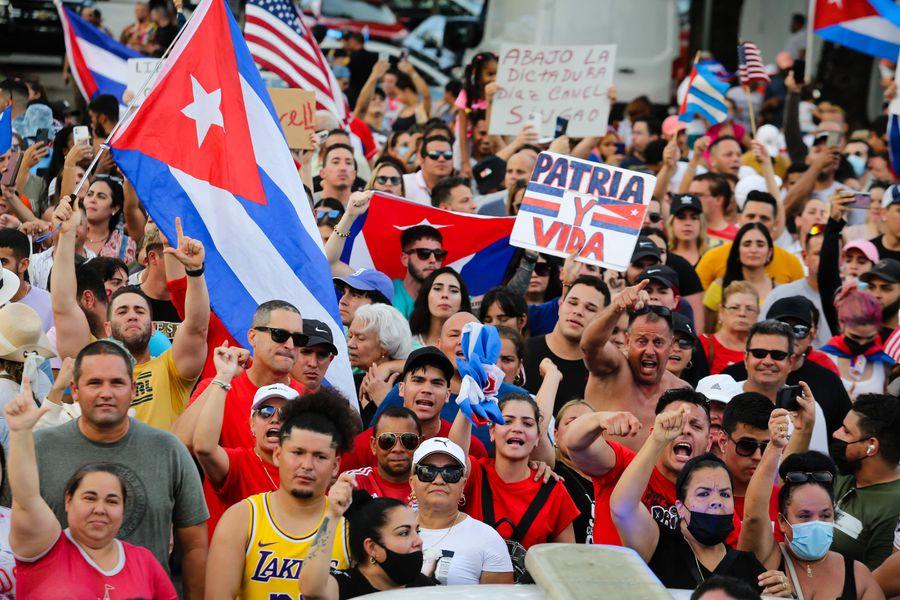 Las protestas sacuden a Cuba mientras la pandemia intensifica la crisis
