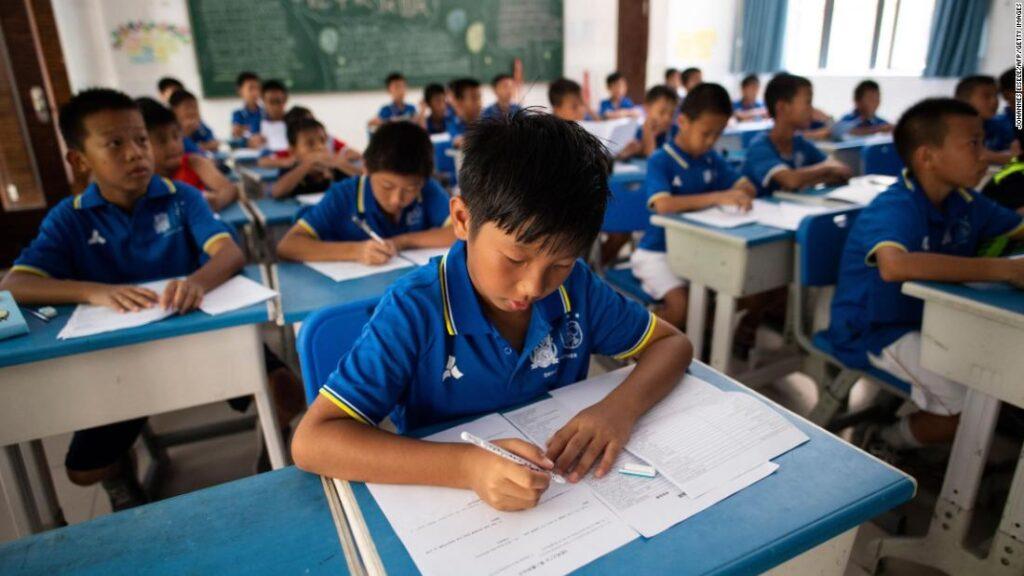 Autoridades de China anuncian una reforma en el sector de la educación, la cual impulsa regulaciones extremas en contra de los negocios relacionados al sector. El anuncio provocó la fuerte caída del mercado de valores chino. Fuente: CNN