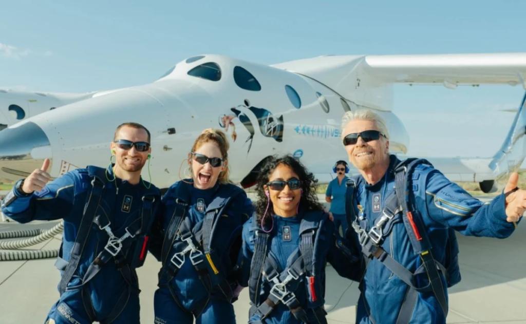 En la imagen, Richard Branson junto a los otros tripulantes de la nave espacial VSS Unity. El éxito del lanzamiento podría representar un escenario alentador para las acciones de viajes espaciales.