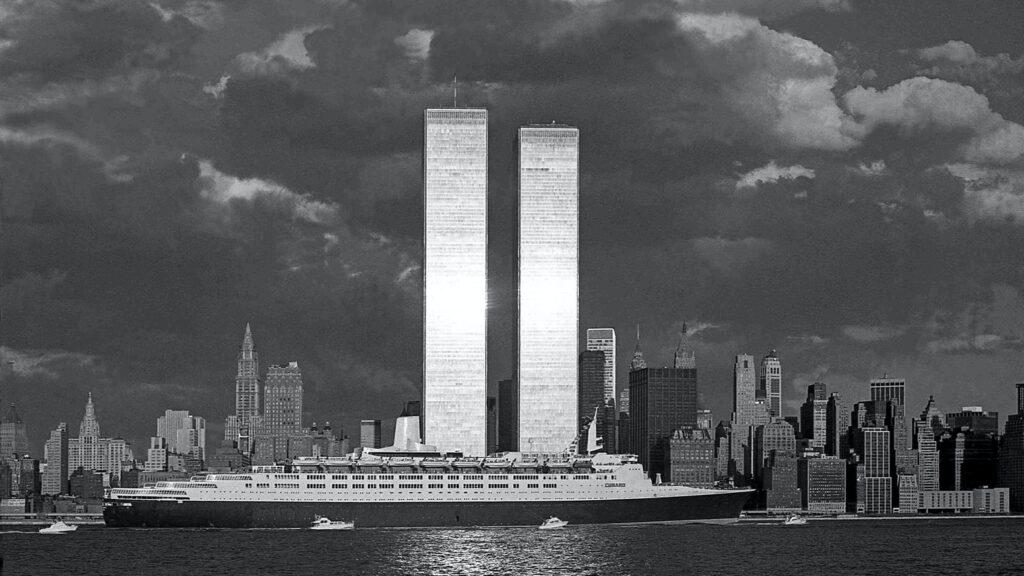 Una de las fotos más atractivas de George Forss, el fotógrafo callejero de Nueva York, fue la captura del Queen Elizabeth 2, pasando por las torres gemelas del World Trade Center. Fuente: NYT