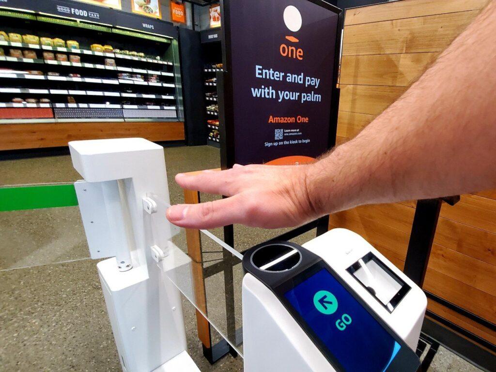 La empresa Amazon, con su nuevo proyecto Amazon One, no tendrá empleados y los usuarios podrán comprar solo con la palma de la mano. Fuente: Revista Merca 2.0