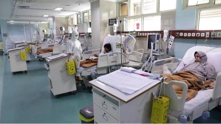 Indonesia ha registrado 43.000 muertes, cifra superior a la de cualquier otro país del mundo. La variante Delta hizo colapsar los hospitales de todo el país a pesar de sus esfuerzos en la vacunación de la población. Fuente: DemocracyNow