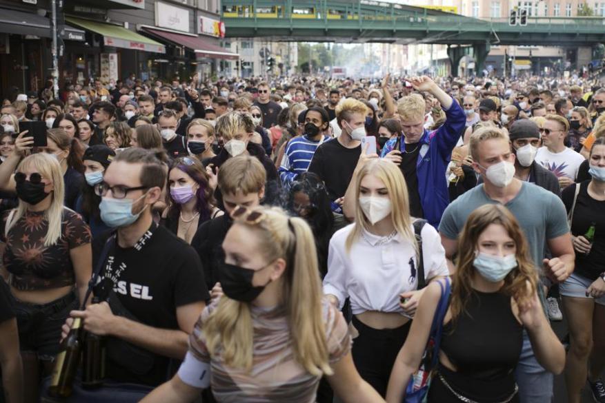 Miles de manifestantes marcharon el Sábado 28 de Agosto en las calles de Berlín para protestar contra las medidas de contingencia aplicadas por Gobierno de Alemania para frenar el Covid-19. Fuente: The Associated Press