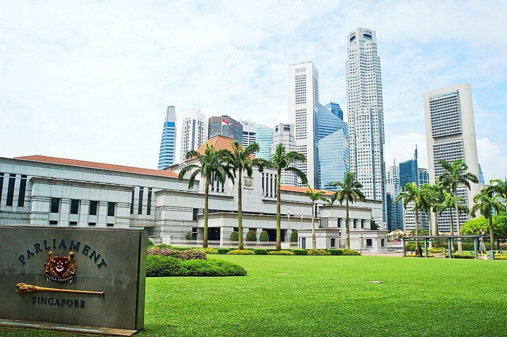 El gobierno de Singapur anuncio este viernes que invertirá $1.100 millones de dólares en diversas iniciativas para estimular el crecimiento de su mercado financiero interno. Fuente: World Atlas